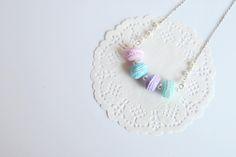 Collana macarons colori pastello con perle bianche di LIFEinCOLOURshop su Etsy
