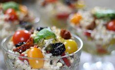 Salade de Riz à la ProvençaleLes olives noires à la grecques, les tomates séchées et confites à l'huile d'olive, les poivrons fondus… plein de petites douceurs qui vont fondre sous votre palais avec une légère touche croquante avec les pignons fraîchement ramassés à l'ombre des pins et le riz doucement refroidi relevé de son thon à l'huile d'olive et de ses feuilles de Basilic arrivant tous droit du jardin. Décidément une salade de riz qui fleur bon la Provence et qui nous ramène plein de…