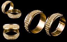 Fedi nuziali sarde formate da tre fasce di oro di differente colorazione. La fascia centrale è impreziosita da una classica lavorazione in filigrana con la tecnica della granulazione.