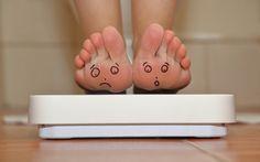 Αποφασίσατε λοιπόν να αρχίσετε την πολυπόθητη δίαιτά σας, είστε συνεπής, την ακολουθείτε κατά γράμμα, όμως… υπάρχουν κάποιοι λόγοι, πέρα από τη διατροφή, για τους οποίους δεν χάνουμε εύκολα βάρος. Ας δούμε ποιοι είναι αυτοί… • Έχετε άγχος! Το άγχος ενθαρρύνει την περίσσεια παραγωγή κορτιζόλης, η οποία επικοινωνεί με τα κύτταρα
