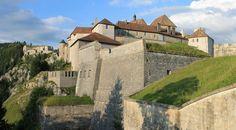 Das Château de Joux in der Franche-Comté, links dahinter das Fort du Larmont…