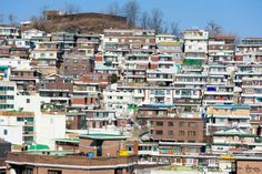 Color pattern #attraction #travel #backpacker #seoul #Dongdaemun #ihwavillage #naksanpark #동대문 #이화마을 #성벽 너머에 자리하고 있는 #동네 마치 #모자이크 를 그려놓은 듯 일정한 #패턴 을 보이고 있다.