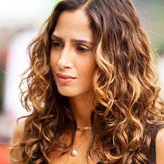 A naturalidade dos crespos evidenciada pela atriz Camila Pitanga