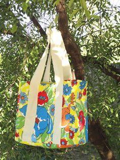 Como fazer uma sacola retornável com chita. Bag Quilt, Linen Bag, Origami Flowers, Bag Patterns To Sew, Quilted Bag, Fabric Crafts, Bag Accessories, Purses And Bags, Diaper Bag