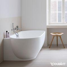 Duravit Luv: Die Badewanne überzeugt mit zwei Rückenschrägen für einen angenehmen Komfort für 2 Personen gleichzeitig. Die Oberfläche ist seidenmatt und angenehm an der Haut. #badewanne #badezimmer #wanne #bathroom #bathtub #eckig #interior #interiordesign #modern #duravit #luv #fürzwei #2personen #bath #relax #reuter #reuterde