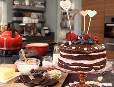 Van een chocoladecake maak je in een handomdraai een heerlijk chocoladetaartje met frambozen en rood fruit.