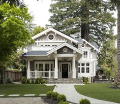 CURB APPEAL – another great example of beautiful design. Mill Valley classic cottage with a traditional exterior near san francisco by Heydt Designs. Exterior Tradicional, Traditional Exterior, Traditional House, Traditional Design, Traditional Kitchens, Traditional Bedroom, American Traditional, Classic House, Home Fashion