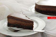 La torta alla Nutella e cioccolato è un dolce incredibile, fresco e squisito: scopri il trucco per intrappolare al suo interno il cremosissimo ripieno.