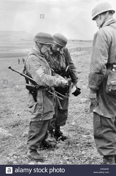 German airborne troops on Crete, pin by Paolo Marzioli Luftwaffe, Paratrooper, Ww2 Pictures, Ww2 Photos, German Soldiers Ww2, German Army, Narvik, Military Art, Military History