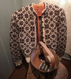 Bilderesultat for 50-talls kofter Fair Isle Knitting, Winter Coat, Bunt, Color Combinations, Knitwear, Knit Crochet, Sweaters, Cardigans, Shirt Dress