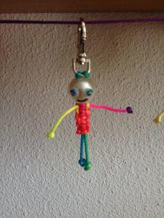 Muñeco multicolor de macramé