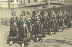 Εορτασμοί της 4ης Αυγούστου: γυναίκες με παραδοσιακές ενδυμασίες από την Σαλαμίνα στο Παναθηναϊκό Στάδιο. ΤόποςΑθήνα Χρονολογία1937. Δημιουργός Nelly's (Σεραϊδάρη Έλλη, Νέλλυ) Αθήνα, Ερμού 49 / Νέα Υόρκη Greece, Sequin Skirt, Sequins, Island, Skirts, Fashion, Greece Country, Moda, Skirt