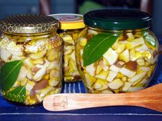 Ricetta funghi sott'aceto Preserving Food, Canning Recipes, Ketchup, Preserves, Italian Recipes, Pickles, Cucumber, Buffet, Mason Jars