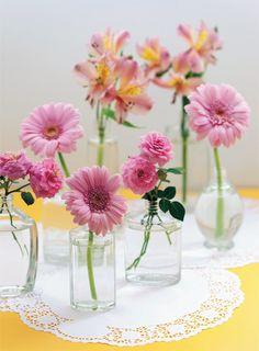 Vidros de perfumes não precisam ir para o lixo. Podem virar lindos vasos de flores.