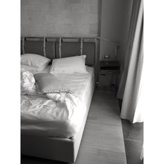 #bed #bedroomset #bedroom #bedroomdecor #homedecor #sleep #bw #blackandwhite Powered by @ilraggio