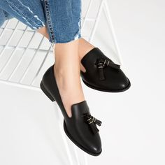 Shop Women's Zara Black size 5 Flats & Loafers at a discounted price at Poshmark. Pretty Shoes, Cute Shoes, Me Too Shoes, Shoe Boots, Ankle Boots, Shoes Heels, Pumps, High Heels, Zara Flats