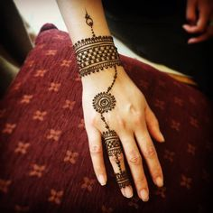 Bridal Mehndi Designs for Hands : Simple and Trendy Henna Patterns for Brides Finger Henna Designs, Mehndi Designs For Girls, Indian Mehndi Designs, Mehndi Designs For Beginners, Mehndi Designs For Fingers, Mehndi Design Photos, Unique Mehndi Designs, Simple Mehndi Designs, Bridal Mehndi Designs