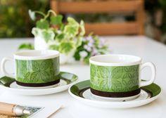 深めのグリーンとブラウンのアースカラーに、 細い線で描かれた葉模様がとても可愛らしい作品  ゲフレ/Gefle ウプサラエクビー/Upsala Ekeby エヴァ/Eva コーヒーカップ&ソーサー