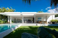 Minimalist small pool design with beautiful garden inside 51 - Round Decor Modern Pools, House Design, Pool Designs, House, Renting A House, House Exterior, Modern Beach House, House Styles, Small Pool Design