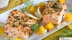 La ricetta del salmone con finocchi e arance: un secondo piatto gustosissimo, in cui il salmone è cotto al forno e poggia su un letto di finocchi e arance.