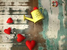 O amor tem de ser cultivado! Incentive o amor também na decoração da sua casa! <br> <br>Móbile feito com mini regador amarelo em metal, preso por fios de silicone, com corações em feltro feitos a mão. <br> <br>Pode ser feito em outras cores, consulte-nos! <br> <br>*Produto artesanal, pode haver pequenas variações de cores ou tamanho. Todos os produtos são feitos sob encomenda. <br> <br>***50% DE DESCONTO NO FRETE (E-SEDEX OU PAC) PARA COMPRAS ACIMA DE 150,00*** <br> <br>*** PRODUTO CRIADO…