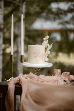 We're taking a trip to the Northwest for today's wedding inspiration. Breathtaking views and romantic touches set the scene for this intimate Mount Rainier elopement inspiration shoot. For more wedding inspiration head to rusticweddingchic.com | Photo: @sierrajessup.photo Cabin Wedding, Wedding Cake Rustic, Wedding Cakes, Romantic Table, Elopement Inspiration, Event Venues, Mount Rainier, Table Decorations, Scene