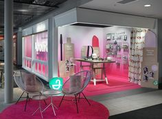 We have created a temporary makeup studio that reflect what Apoliva stands for - it's natural and simple, but it also expresses joyfulness and the fun with makeup. In the pop-up you can get a stylish everyday makeup by professional makeup artists and of course also shop from the new makeup range from Apoliva.