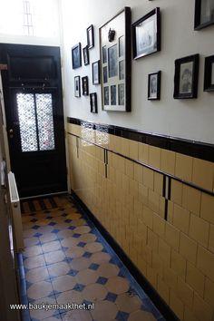 Jaren 30 tegels in een gang Brick Interior, Modern Interior Design, Bathroom Inspiration, Interior Inspiration, Tiled Hallway, I Love House, Cheap Storage, House Tiles, Home Room Design