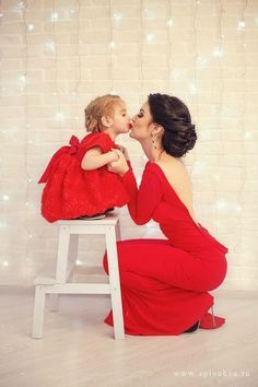 (Translation) 20 photos in which mothers and daughters as two peas (Mother Daughter Christmas Photos) Mother Daughter Pictures, Mother Daughter Fashion, Mother And Daughter Clothes, Mother Photos, Mother Daughters, Mothers, Mother Daughter Dresses Matching, Mom Pictures, Baby Girl Pictures