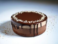 A mousse cake in three layers: A brownies base with peanuts, dark chocolate mousse in the middle and then a delicate peanut butter mousse on top. Dark Chocolate Mousse, Melting Chocolate, Chocolate Heaven, Chocolate Cake, Peanut Butter Mousse, Chocolate Peanut Butter, Coffee Mousse, Island Cake, Tiramisu Cake