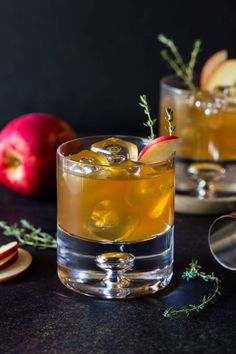 Looking for a tasty fall drink? Don't miss these Bourbon Apple Cider Cocktails made with fresh apple cider and belly-warming bourbon! Bourbon Apple Cider, Spiked Apple Cider, Apple Cider Cocktail, Warm Apple Cider, Cider Cocktails, Apple Brandy, Fall Cocktails, Fall Drinks, Whiskey Cocktails