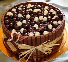 La torta è una mudcake al cioccolato fondente farcita e ricoperta con ganache al cioccolato fondente. Intorno ho messo tutti kit-kat e sopra nocciole ricoperte di cioccolato fondente al latte e bianco ….vi assicuro un'esplosione di cioccolato