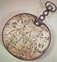Au cours du Ier s av JC, les Celtes insulaires ont acquis une grande maîtrise dans la décoration des surfaces planes. Sur le dos de ce miroir à main, les volutes et les vessies de poisson s'affinent dans une stylisation étonnante : le décor curviligne épouse étroitement la forme du miroir. Bronze gravé, 35 cm avec le manche, Desborough, Angleterre, British Museum.