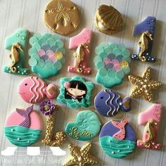 Pink, Purple, Aqua & Gold Scales Mermaid Cookies (Looks like they used rice paper disks for scales. Little Mermaid Birthday, Little Mermaid Parties, Cute Cookies, Cupcake Cookies, Sugar Cookies, Sirenita Cake, Mermaid Cookies, Party Fiesta, Sea Cakes