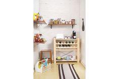 A dispensa pode ser formada por estante e prateleiras grandes, economizando espaço e organizando da melhor maneira