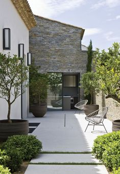 Garden Design Ideas & Inspiration : françois vieillecroze architecte / villa st tropez Beautiful blend of old and new. A fresh and clean landscape design. Pinned to Garden Design … Back Gardens, Small Gardens, Outdoor Gardens, Outdoor Rooms, Outdoor Living, Indoor Outdoor, Design Exterior, Modern Exterior, Backyard Landscaping
