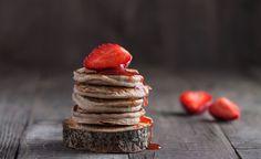 I pancake vegani al grano saraceno con fragole sono sani e deliziosi: la colazione ideale per cominciare la giornata con la giusta carica