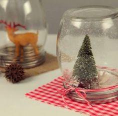 Para deixar os festejos de final de ano de sua casa muito mais divertidos e animados você pode fazer um enfeite de Natal, oglobo de neve...