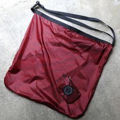 まずサコッシュについて紹介しましょう。自転車のロードレースにて、補給ポイントなどでチームのサポートがレーサーに渡す、中に補給食や水筒などの補給物資が入っているたすきがけの袋。ロードレースの映像を見たことがある方はわかるかと思いますが、サコッシュとは選手に手渡されるショルダーバッグでレース中の詰まっているものす。 Pouch Bag, Backpack Bags, Tote Bag, Red Bags, Simple Bags, Denim Bag, Nylon Bag, Cloth Bags, My Outfit