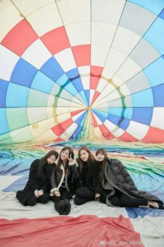 On Blackpink House Ep. Blackpink was going to travel in Jeju Island. They also captured so many pictures. And today, they upload those pictures on Blackpink Official Weibo account. Yg Entertainment, Kpop Girl Groups, Korean Girl Groups, Kpop Girls, K Pop, Mamamoo, Blackpink Photos, Pictures, Blackpink Members