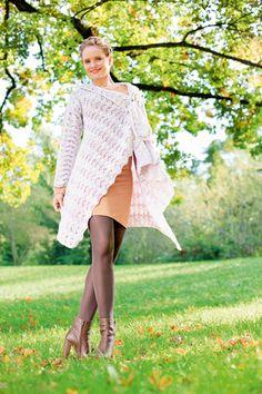 Die rosamelierte Häkeljacke im Wellenmuster aus leichter Merinowolle ist gerade geschnitten und lässt sich daher einfach nacharbeiten. Der gerade Schnitt und die Länge sorgen zudem für einen coolen und lässigen Look. Diese Jacke ist wahrlich ein Allrounder: richtig kombiniert kann man Sie zu vielen Anlässen und jeder Jahreszeit tragen.