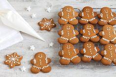 I biscotti pan di zenzero o gingerbread cookies sono diventati fra  i più amati simboli del Natale e si preparano da gustare ma anche da appendere all'albero!
