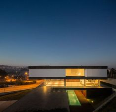 A Layered House that Appears to Defy Gravity! A tri-level, monolithic home, located in Portugal, was designed by spaceworkers and at first sight, it appears to defy gravity with its glass middle floor.