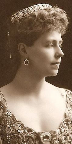 Queen Marie of Romania, nee Princess of the United Kingdom. As Crown Princess, Marie also seems to have had a diamond and pearl coronet as part of her collection, though it appears in few images of her. Royal Crowns, Royal Tiaras, Tiaras And Crowns, Romanian Royal Family, Gypsy Culture, Princess Alexandra, Royal Queen, Royal Jewelry, Circlet