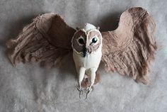 Soft Sculpture chouette bois Sculpture animalière. Faites de matières naturelles, Drath et beaucoup de passion pour la nature.    Taille :    Hauteur env. 8,5 pouces (21 cm)  large environ 17 pouces (43 cm)    ................................................. Chaque pièce est unique et très spécial.   Toute la main faite avec amour dans mon studio.   Grande décoration de la maison ou idée cadeau exclusif.