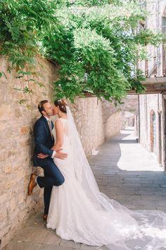 Romantische kus in de  historische straten van Toscane! Fotocredit: Milos Dokmanovic