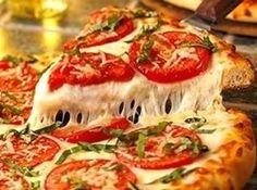 Receita de Pizza de Liquidificador - Ingredientes:, 1 e 1/2 xícara (de chá) de farinha de trigo, 1 xícara (de chá) de leite, 1 colher (de sopa) de margarina, 1 ovo, 1 colher (de chá) de sal, 1 colher (de chá) de açúcar, 1 colher (de sopa) rasa de fermento em pó