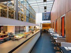 Mesas altas en barra para picoteo rápido e informal
