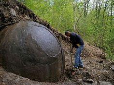 Misteriosa Esfera encontrada em floresta intriga cientistas, seria de origem EXTRATERRESTRE?