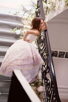 ナタリー・ポートマン主演、ミス ディオール ブルーミング ブーケ広告ビジュアルのメイキング フォトをご覧ください。